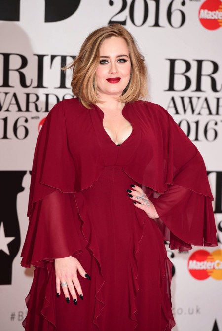 Adele y el color granate. Uno de los rostros más queridos pisa la alfombra roja de los Brit Awards 2016