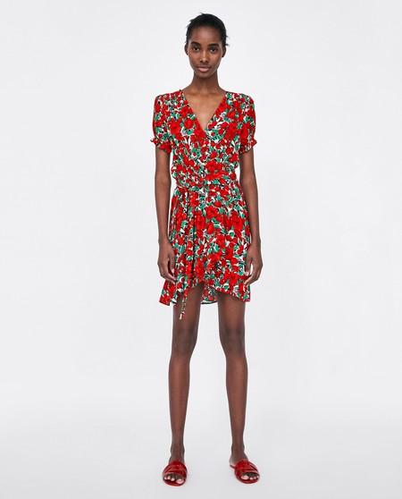 Otro de los vestidos que va a causar furor este este mini-vestido rojo con  estampado de flores. Su precio es de 29 d9db61a197bc