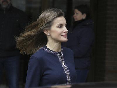 Doña Letizia estrena look de hace tres temporadas y customiza su propia chaqueta ¡el resultado es fabuloso!