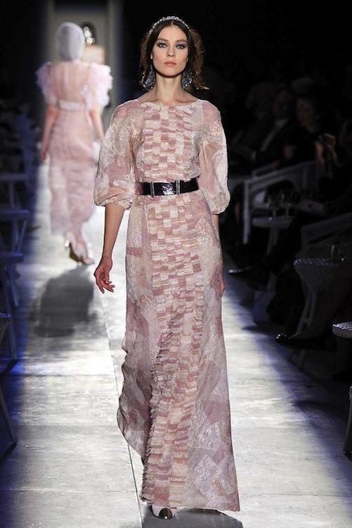 Foto de Chanel Alta Costura Otoño-Invierno 2012/2013: rosa, gris, brillos y nuevo vintage (58/61)