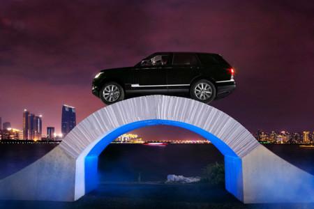 Malabaristas, domadores, faquires... y un Range Rover sobre un puente de papel