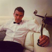 Antonio Banderas presume de estatuilla (y de novia) en los Premios Platino 2015