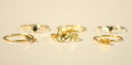 Anillos finitos de oro adornados con charms para mezclar y llevar en distintos dedos