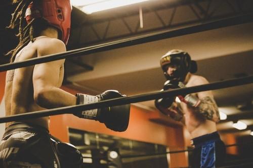 Una rutina de entrenamiento en el gimnasio para complementar tus clases de boxeo o fitboxing