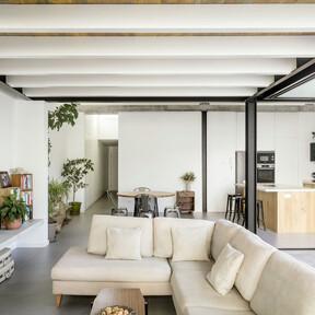 Una antigua casa de pescadores en Mahón transformada en una casa contemporánea abierta al exterior