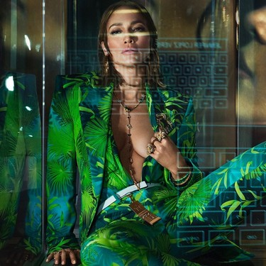 Por si Jennifer Lopez cerrando el desfile de Versace con su icónico vestido verde te supo a poco, ahora es la nueva imagen de la firma