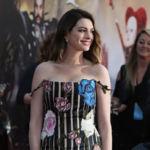 Anne Hathaway se suelta la melena para el estreno de Alicia a través del espejo en LA
