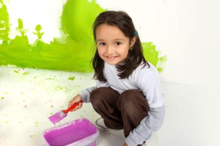 Niña pintando su habitación