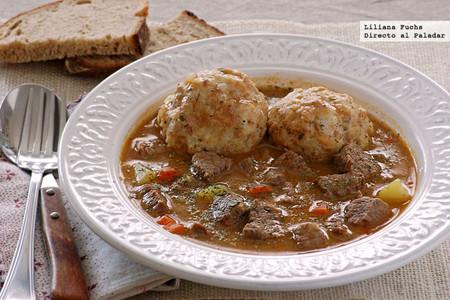 Bauernsuppe con Semmelknödel, sopa campesina con albóndigas de pan. Receta alemana
