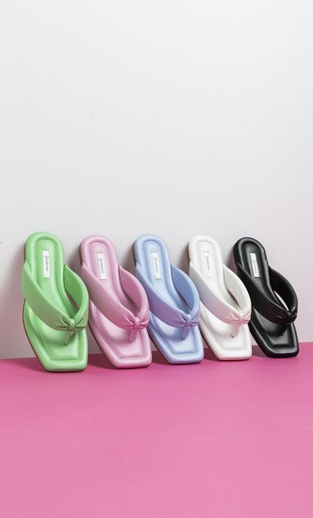 En cinco colores distintos y siguiendo una de las tendencias favoritas del momento: así son estas nuevas sandalias de Stradivarius