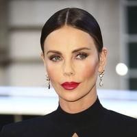 Charlize Theron vuelve a sorprender con un sofisticado look bicolor en Londres