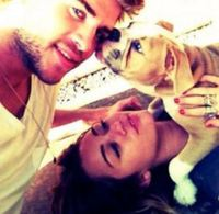 Miley Cyrus y Liam Hemsworth presentan a su bebé, ¡tranquis! se llama Ziggy y es un Bulldog