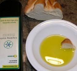 Pan de pueblo con aceite para el desayuno de los niños