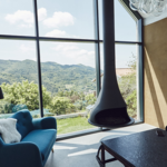 Una casa en Eslovenia para ver pasar la vida tras las cristaleras y frente al fuego