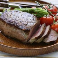 Una dieta muy baja en hidratos puede beneficiar a adultos mayores con obesidad, mejorando su salud cardiometabólica, según un estudio