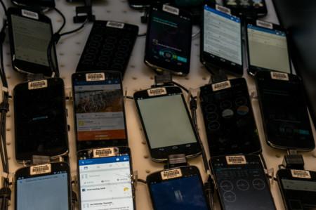 """Facebook tiene una impresionante """"granja"""" de 2.000 smartphones para probar sus actualizaciones"""