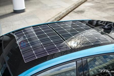 Esta placa fotovoltaica es flexible, se adapta a cualquier coche eléctrico y promete hasta 50 km más de autonomía