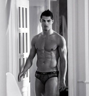 Cristiano Ronaldo, la tableta y el paquete