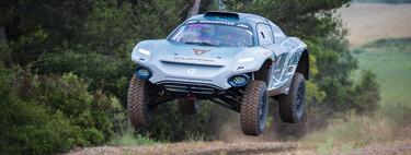 Volamos en el CUPRA de Extreme E, un salvaje coche eléctrico de carreras con Jutta Kleinschmidt al volante