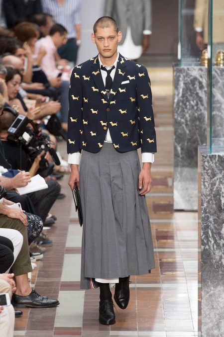 Tacones, faldas y vestidos: Thom Browne renueva el estilo ejecutivo vistiéndolo de mujer