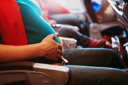 Viajar en avión en el embarazo: respondemos a siete preguntas frecuentes