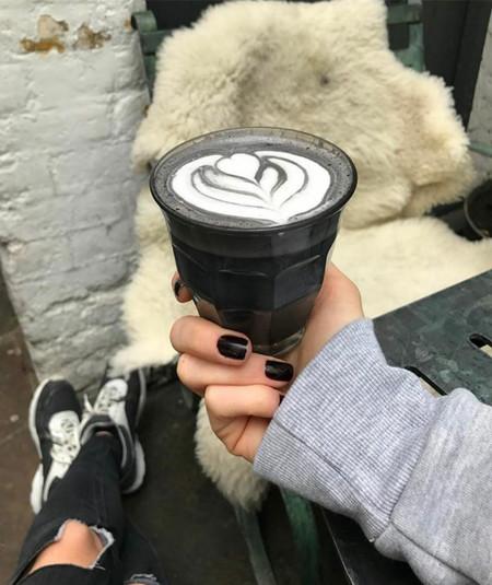 ¿Te atreverías con un goth latte? Estos cafés de color negro son lo más molón que hemos visto últimamente