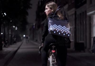 Con las mochilas reflectantes de Julia Thissen, no hace falta que renuncies al estilo para ir seguro en bici
