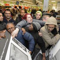 El Black Friday saca lo peor de la gente: los vídeos más lamentables de la lucha en las rebajas