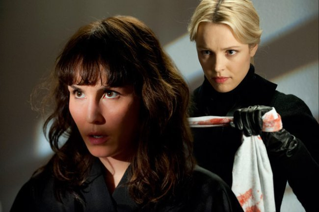 Noomi Rapace y Rachel McAdams en una escena de Passion