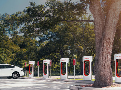 Además de más estaciones de recarga, Tesla quiere poner tiendas de conveniencia en ellas
