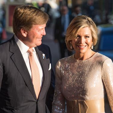 Lentejuelas y cinturón de piel, así es la última mezcla de la Reina de Holanda que no ha convencido a todos