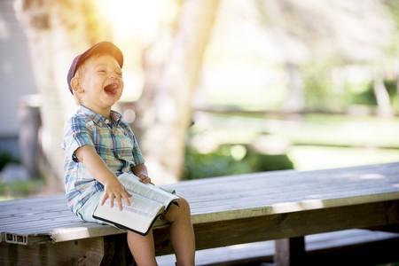 Niño riendo