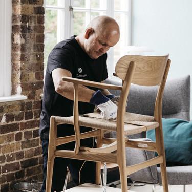 Carl Hansen & Son nos acerca el diseño artesanal danés a Madrid y nos muestra el laborioso trabajo que hay detrás de cada una de sus sillas