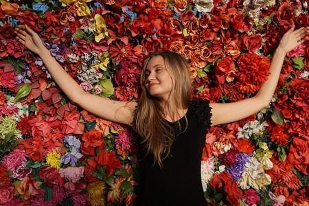 mujer sobre cama de flores