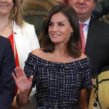 La Reina Letizia sorprende a todos con un vestido rebajado que tiene el escote más favorecedor de Zara y parece firmado por Chanel