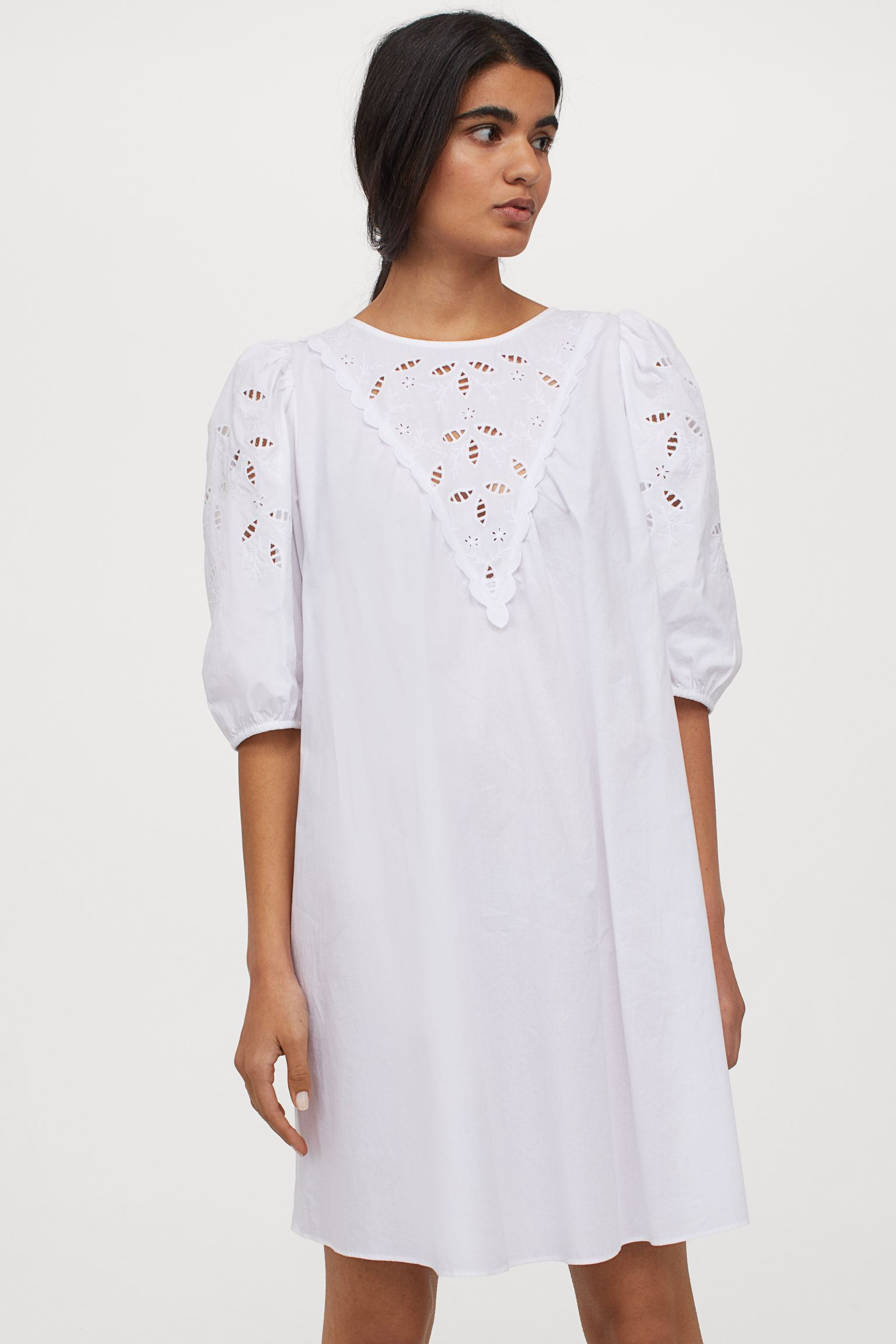 Vestido corto de algodón con bordado inglés en cuerpo y mangas.