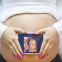 Se queda embarazada de su pareja mientras gestaba de manera subrogada al bebé de otra pareja