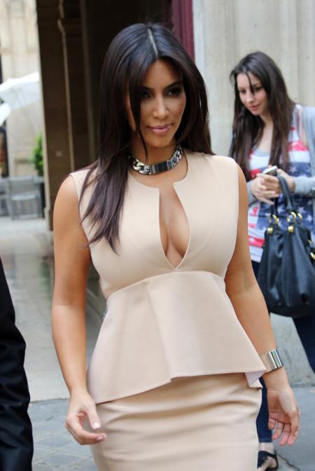 Kim Kardashian presume de curvas con el peplum