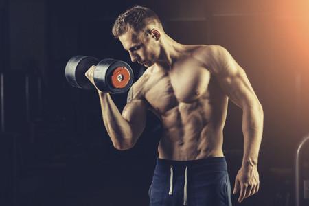 ¿Buscas brazos fuertes y con volumen? Estas tres rutinas pueden ayudarte a lograrlo