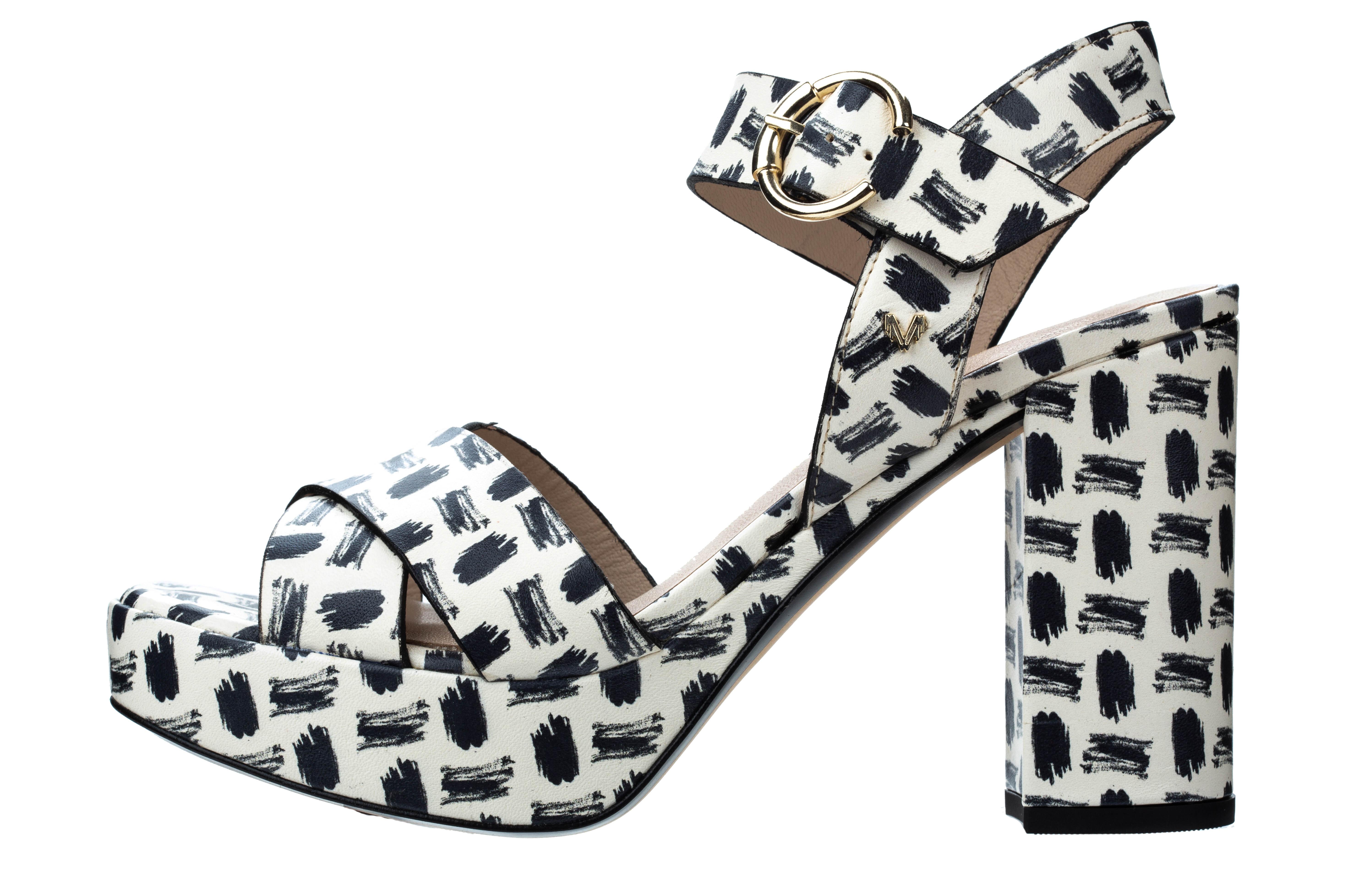 Sandalias en blanco y negro