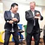La imagen de la semana: Eric Schmidt baila el Oppa Gangnam Style
