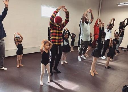 El tierno y divertido vídeo viral de una clase de ballet y yoga entre padres e hijas