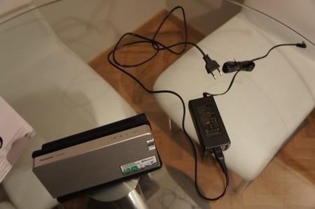 El altavoz y su adaptador de corriente