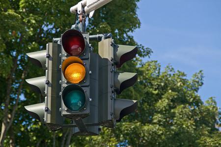 ¿Quién inventó los semáforos y por qué tienen esa cromática?