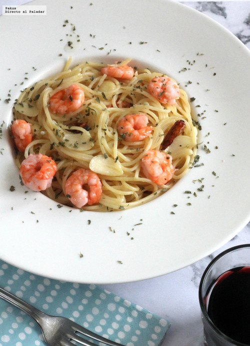 Espaguetinis con gambas al ajillo. Receta exprés de pasta con tres ingredientes