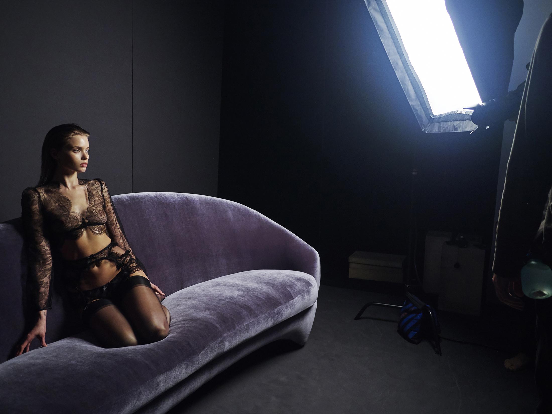 Foto de Sí, hace mucho calor y Abbey Lee sube aún más la temperatura con la nueva campaña de Agent Provocateur (6/17)