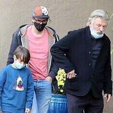 Las imágenes de Alec Baldwin abrazado al viudo y al hijo de Halyna Hutchins, la directora a la que mató por accidente en el rodaje de una película