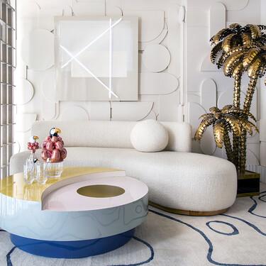 Un salón elegante y fresco disfruta discretamente de la domótica más sofisticada (la que se siente pero no se ve) en Casa Decor 2021