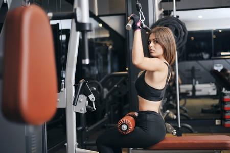 Más fuerza para tu espalda: cinco ejercicios con poleas en el gimnasio