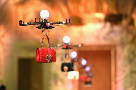 Nada de modelos: Dolce & Gabbana usa drones para mostrar su nueva colección de bolsos en la pasarela